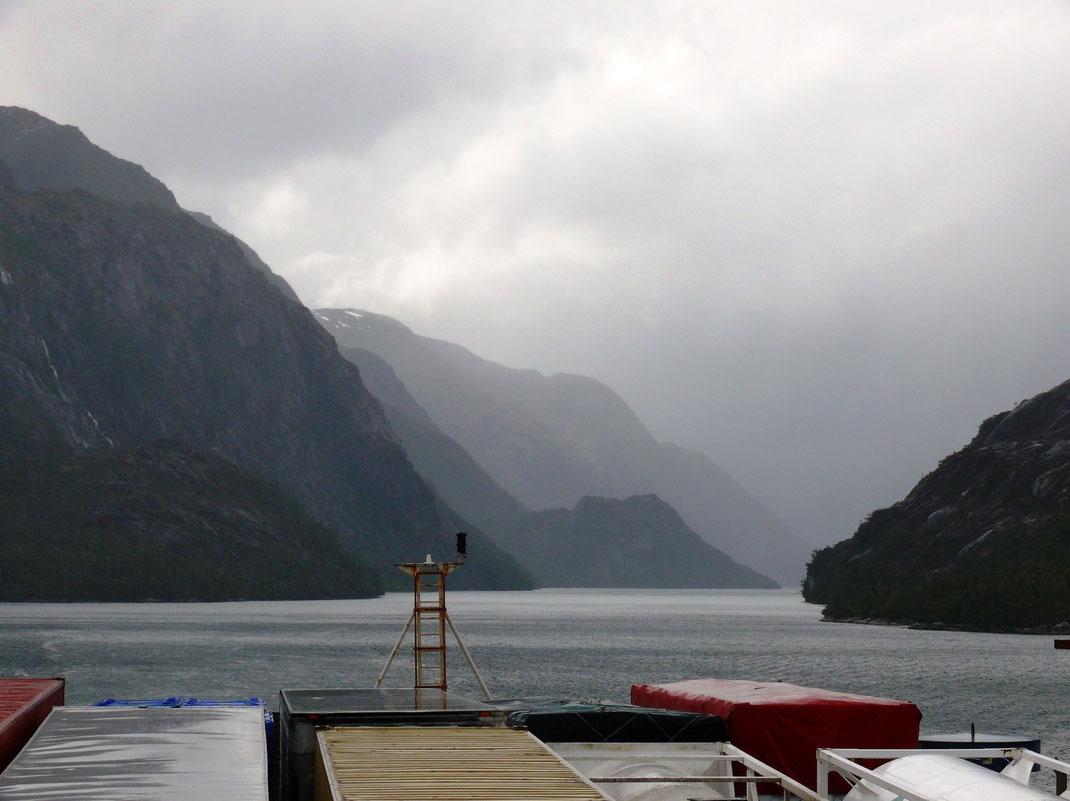 Das Wetter verschlechtert sich zunehmend - Regen und Wind machen den Aufenthalt an Bord unangenhem (Foto Jörg Schwarz)
