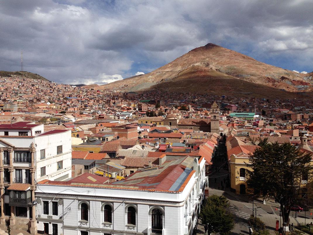 Blick von oben auf die Stadt, die man gesehen haben sollte - einst reich, heute arm, tolle Atmosphäre... Potosí, Bolivien (Foto Jörg Schwarz)