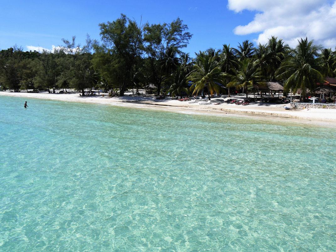 Wer glasklares Wasser und einen strahlend weißen Strand sucht, der findet hier sein kleines Paradies: Der Coconut-Beach, Koh Rong, Kambodscha (Foto Jörg Schwarz)