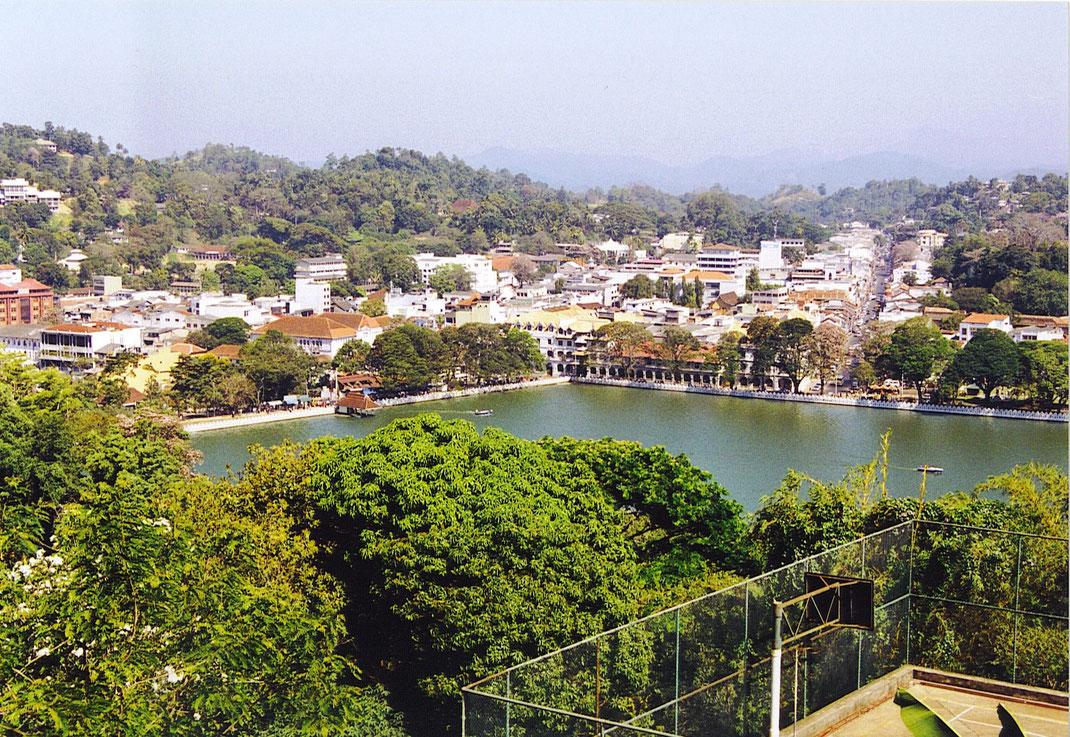 Der Blick aus den Hügeln auf den vom letzten König in Kandy angelegten See (Foto Jörg Schwarz)