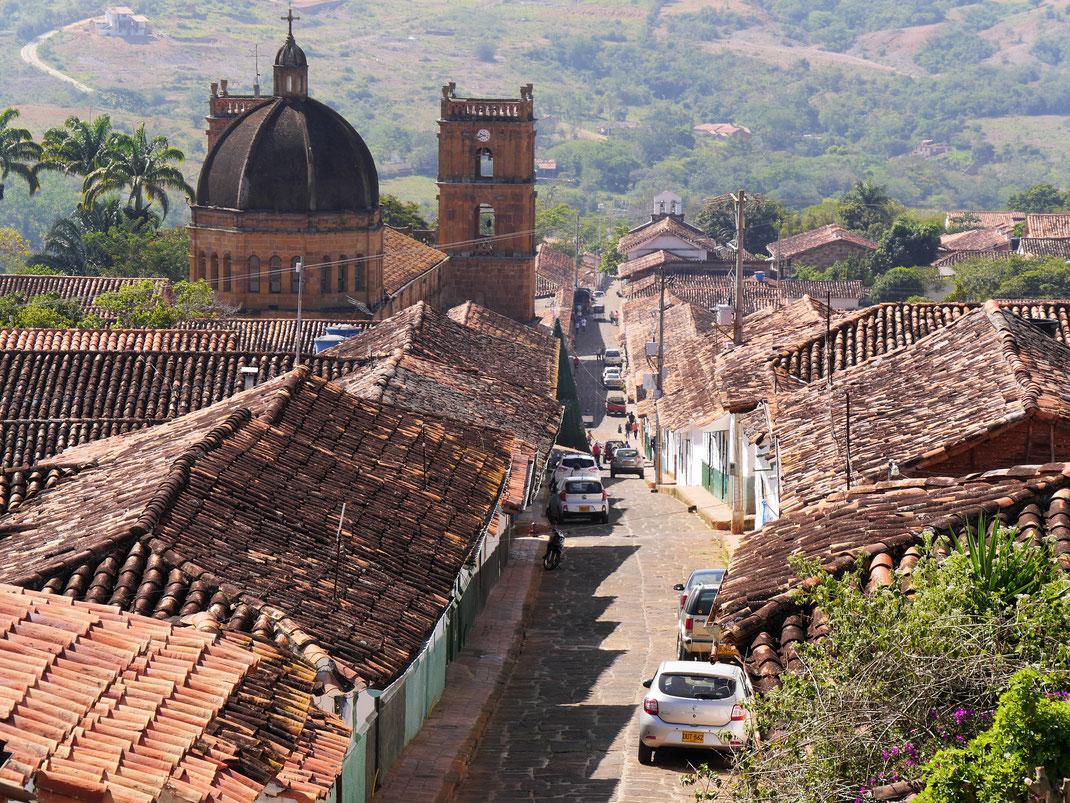 Immer wieder blickt man aus der Ferne auf die ziegelgedeckten Dächer der alten Stadt, Barichara, Kolumbien  (Foto Jörg Schwarz)