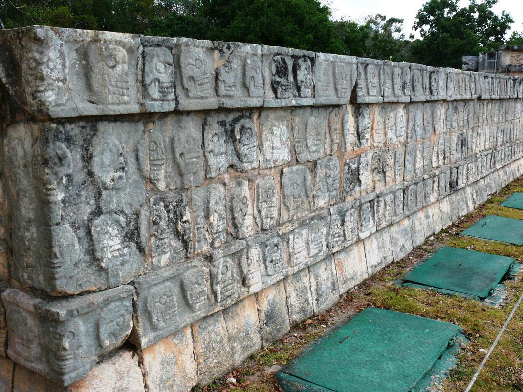 Die Plattform der Totenköpfe steht als Zeichen für die Opferkulte der Mayas - offenbar traf es eben auch Menschen... (Foto Jörg Schwarz)