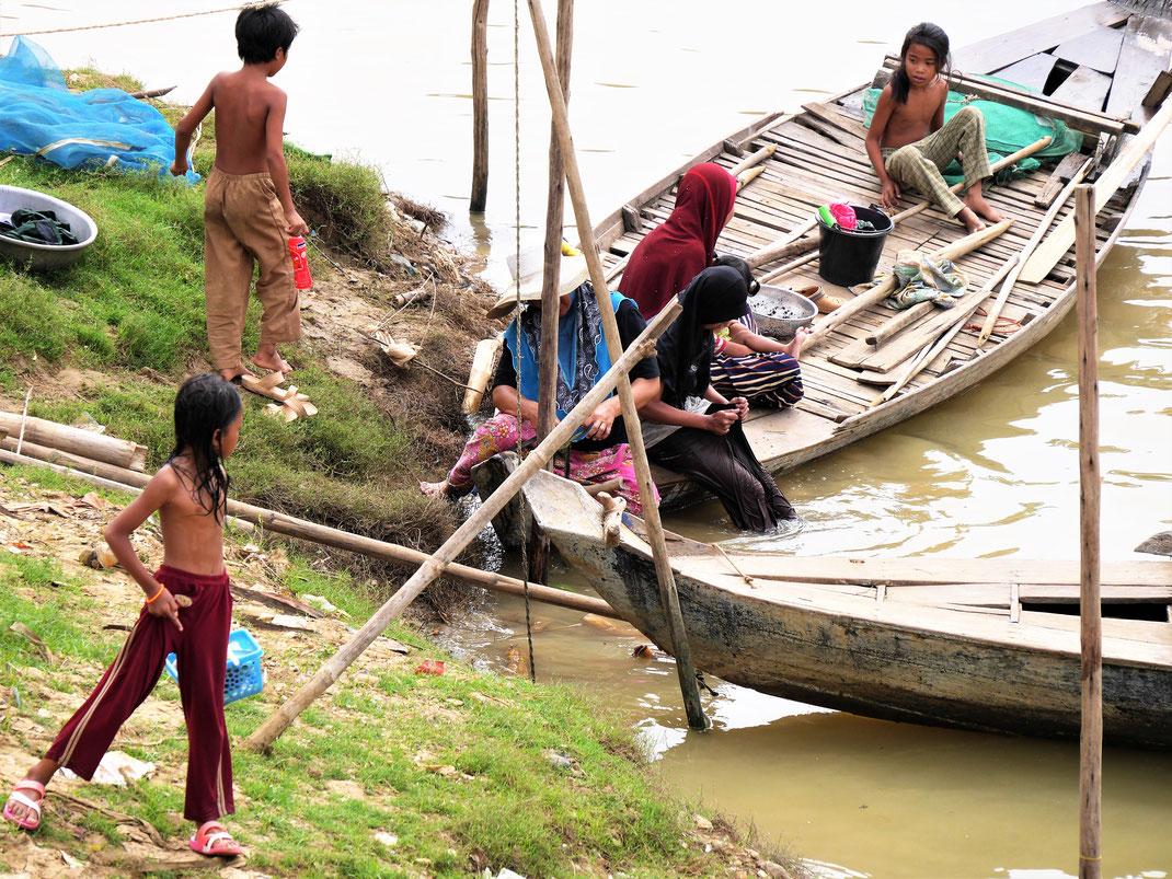 Chamkinder beim Trollen im und am Wasser, bei Battambang, Kambodscha (Foto Jörg Schwarz)