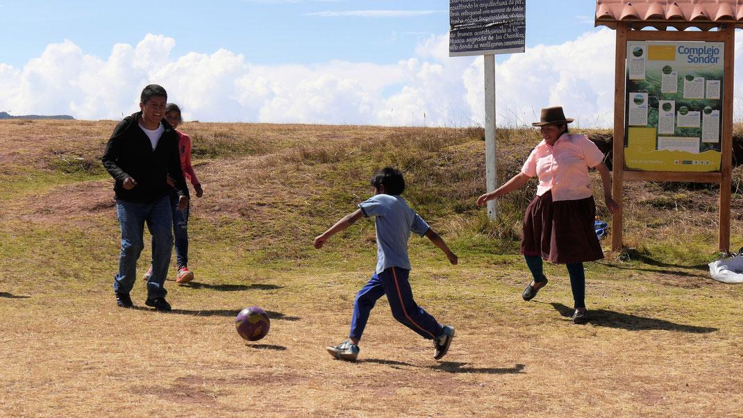 Natürlich spielen Cholitas wahnsinnig gern Fußball, bei Andahuaylas, Peru (Foto Jörg Schwarz)