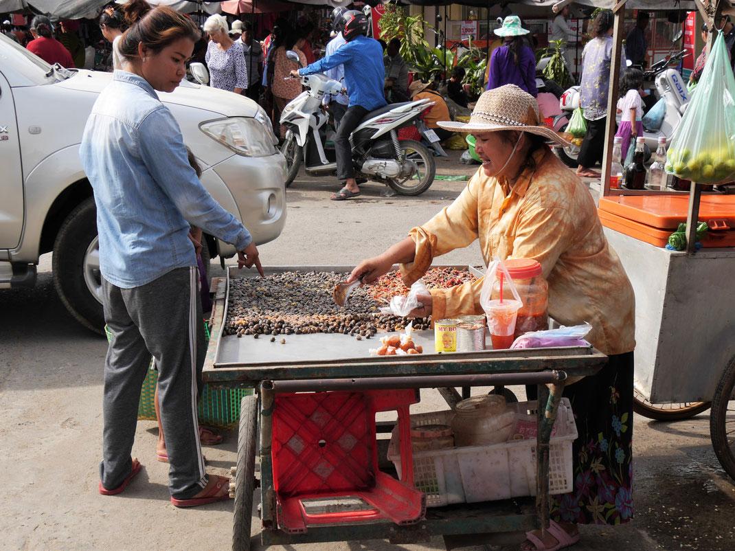 Schnecken und allerlei Köstlichkeiten am Straßenstand, Battambang, Kambodscha (Foto Jörg Schwarz)