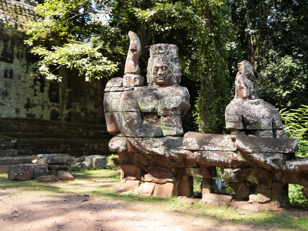 Das Ende einer Brücke, auf der eine Schlangengöttin von zahlreichen Protagonisten getragen wird... Auf dem Weg vom Chau Say Thevoda zum Angkor Thom, Kambodscha (Foto Jörg Schwarz)