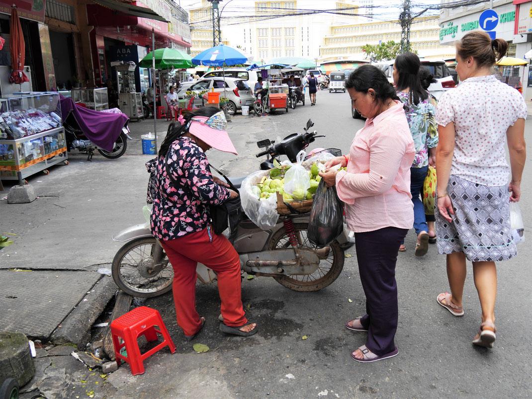 Früchte werden auch schon mal vom Moped herunter verkauft... Phnom Penh, Kambodscha (Foto Jörg Schwarz)