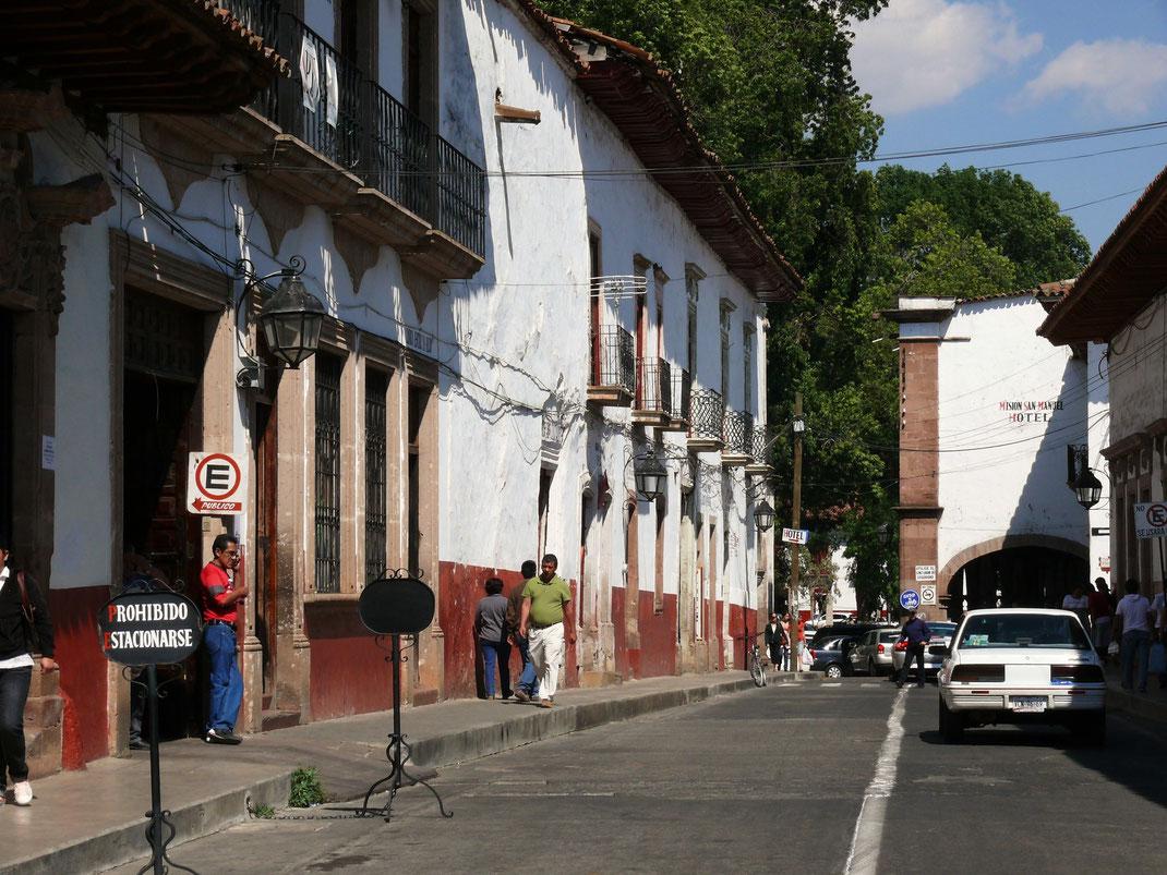 Die Innenstadt ist in einheitlichem Stil restauriert und strahlt stets weiß...  (Foto Jörg Schwarz)