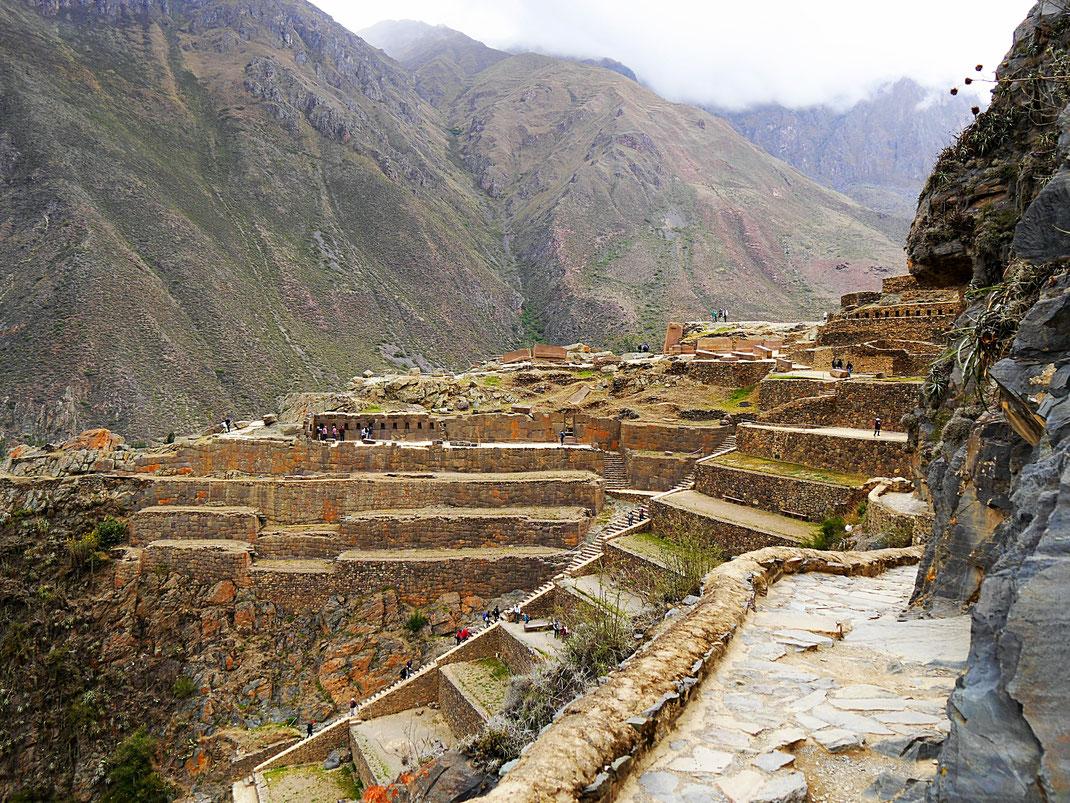 """""""Das Bollwerk"""" im leichten Nieselregen, Ollantaytambo, Peru (Foto Jörg Schwarz)"""