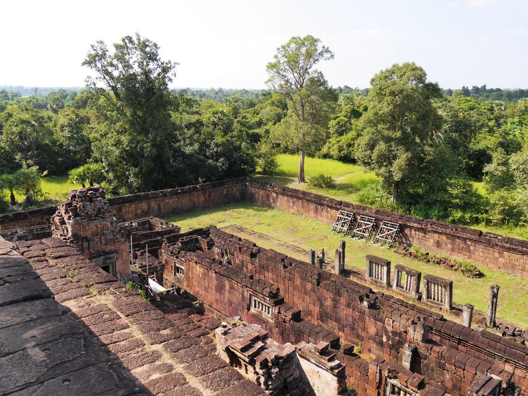 Blick auf die äußere Einfassung (Tempelmauer) und die dahinterliegenden Wälder... Pre Rup, Kambodscha (Foto Jörg Schwarz)