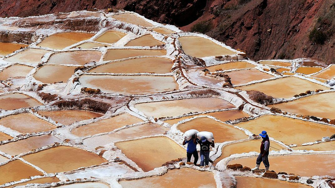 Schwerstarbeit in den heißen Salinen von Maras, Maras, Peru (Foto Jörg Schwarz)