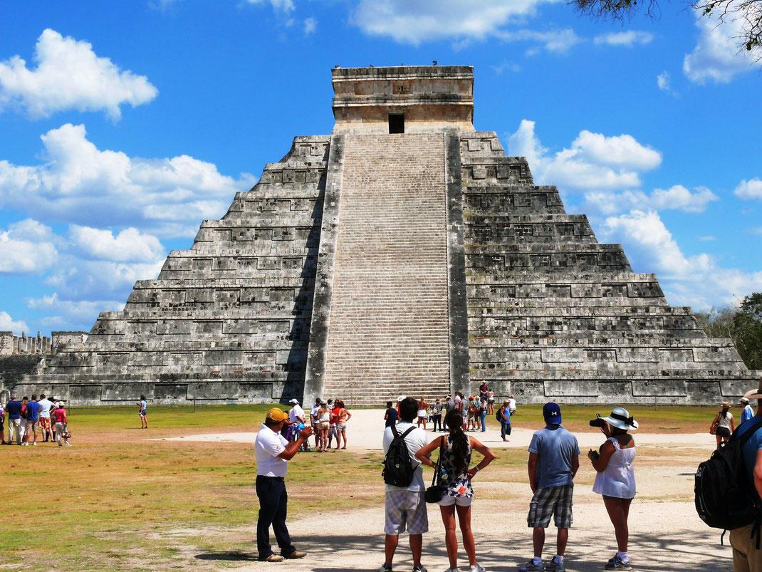 Die Außergewöhnliche Architektur des Castillos repräsentiert einen Maya-Kalender; Durch Klatschen erzeugte Echos werden verstärkt und hunderte Meter weit zurückgeworfen... (Foto Jörg Schwarz) (Foto Jörg Schwarz)