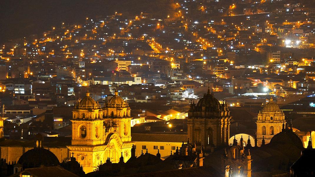 Der nächtliche Blick von unserer Dachterrasse auf die Altstadt, Cusco, Peru (Foto Jörg Schwarz)