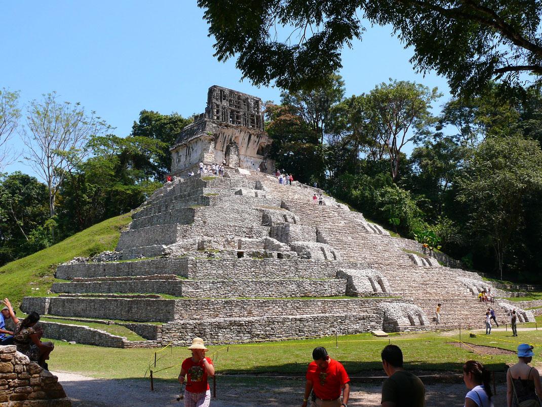Die Pyramide Templo de la Cruz, noch halb vom Urwald verschluckt (Foto Jörg Schwarz)