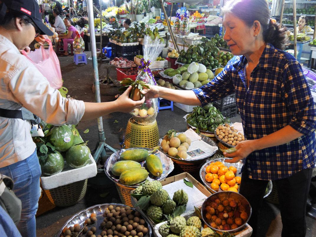 Auf dem Markt im Distrikt 4 - Früchtekauf! Ho-Chi-Minh-Stadt, Vietnam (Foto Jörg Schwarz)