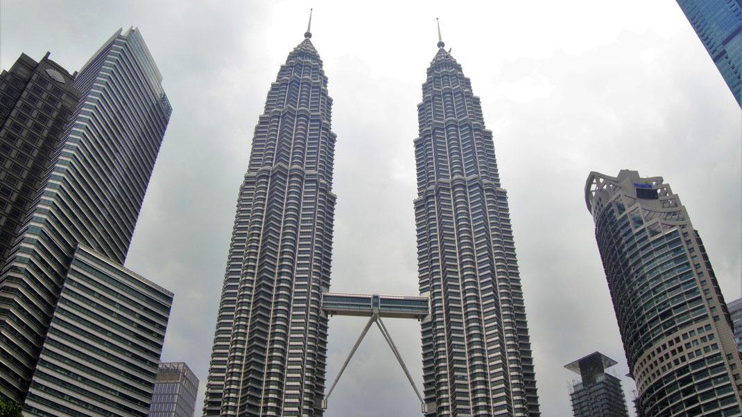 Blick  in den Reigen der Giganten... Im Zentrum die Twin Towers (mit Masten 452 m Höhe) kurz vor dem Regen... Kuala Lumpur, Malaysia (Foto Jörg Schwarz)