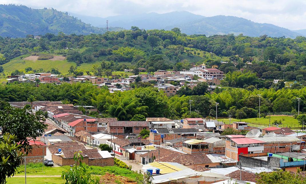 Die 30.000-Einwohnerstadt San Augustín schwiegt sich in die grüne Umgebung, San Augustín, Kolumbien (Foto Jörg Schwarz)