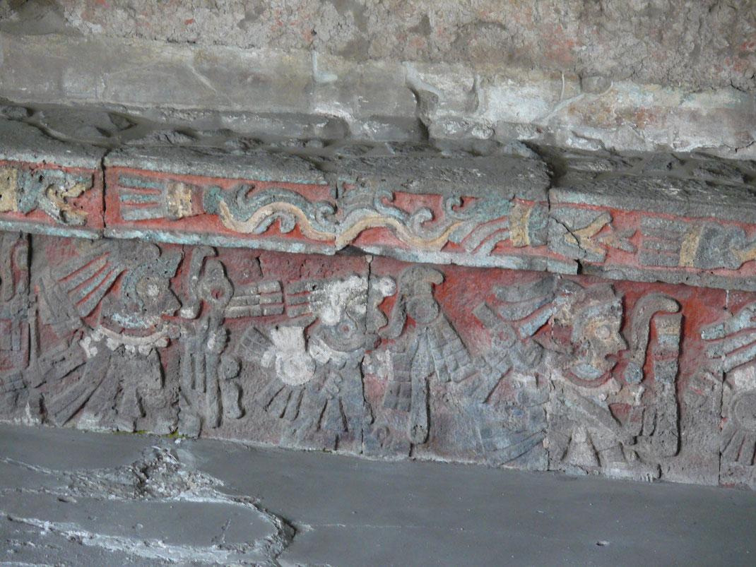 Reliefs mit Farbresten konnten freigelegt werden und so einen Eindruck von der Bemalung des Tempelschmucks geben (Foto Jörg Schwarz)