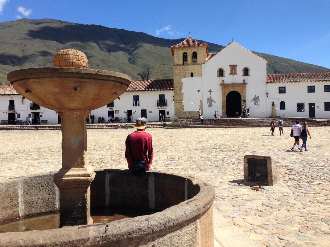 Blick vom Brunnen auf der Plaza auf die Iglesia Parroquial, Villa de Leyva, Kolumbien (Foto Jörg Schwarz)