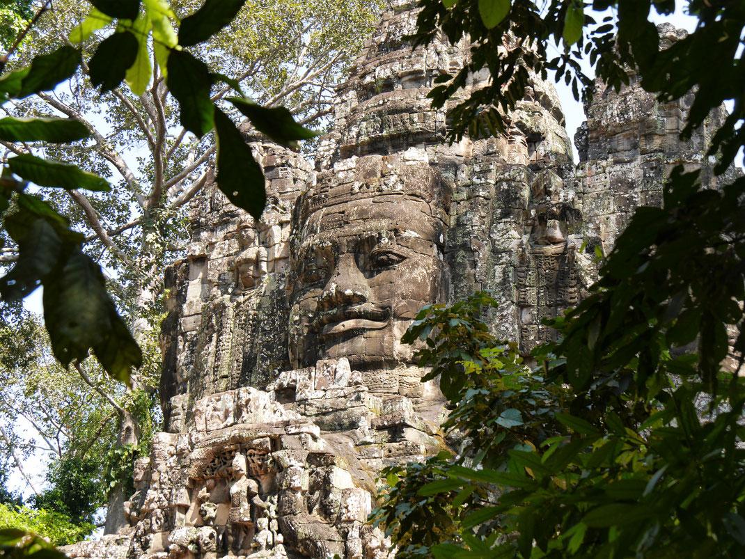 Immer wieder steinerne Gesichter auf Tempeldächern... Bei Siem Reap, Kambodscha (Foto Jörg Schwarz)