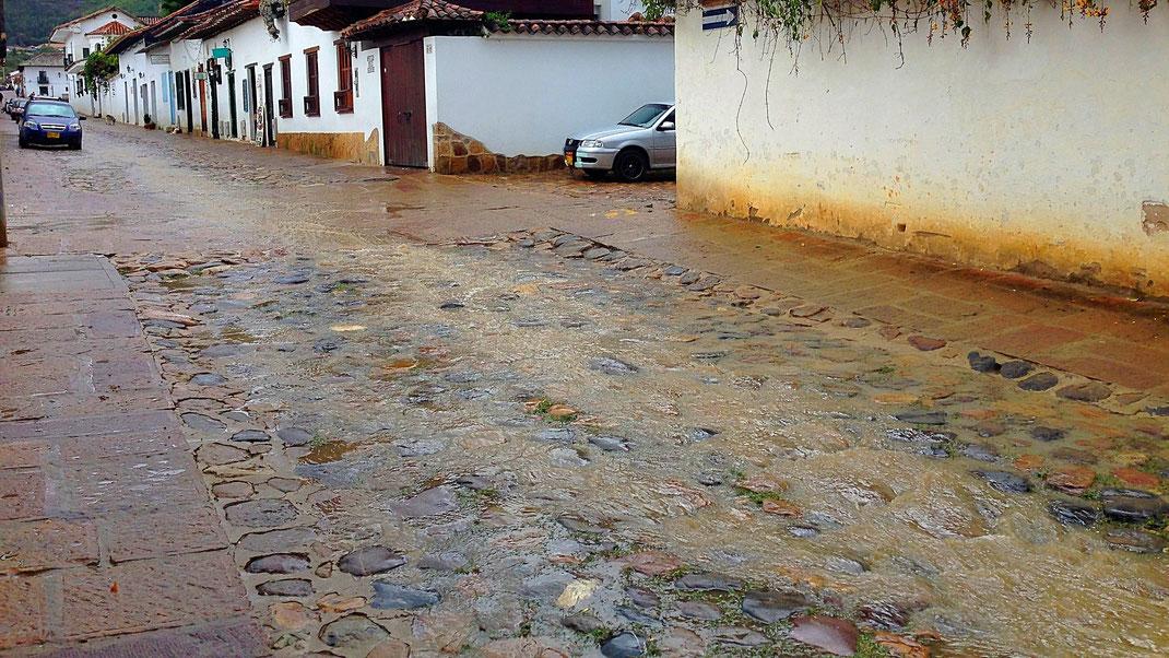 Das Wasser schießt nur so die Straßen entlang, Villa de Leyva, Kolumbien (Foto Jörg Schwarz)