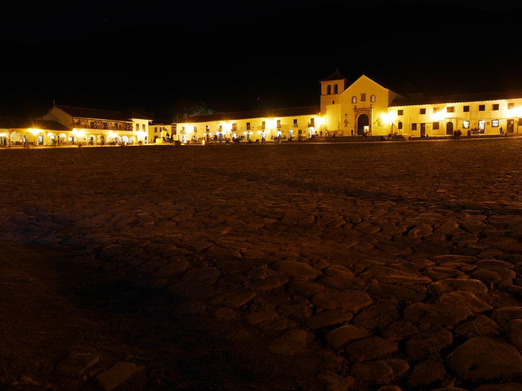 Auch nachts eine Attraktion: Vielleicht der größte Marktplatz Südamerikas...? Villa de Leyva, Kolumbien (Foto Jörg Schwarz)