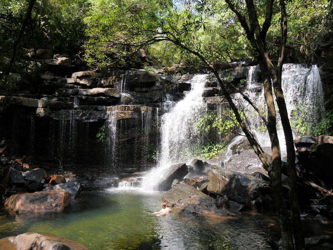 Ein wundervoller Wasserfall sorgt für einen herrlich erfrischenden Pool in optisch eindrucksvoller Umgebung, bei Koh Kong, Kambodscha (Foto Jörg Schwarz)