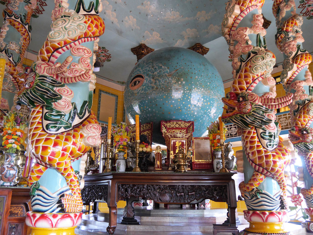 So nah kommen nur sehr wenige Gäste dem 'Alles sehenden Auge', Tay Ninh, Vietnam (Foto Jörg Schwarz)