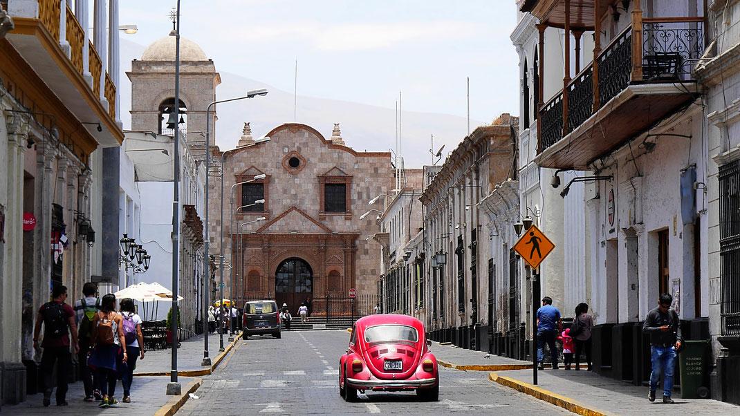 Überall in Arequipa unterwegs: Der VW-Käfer vor dem Complejo San Francisco, Arequipa, Peru (Foto Jörg Schwarz)