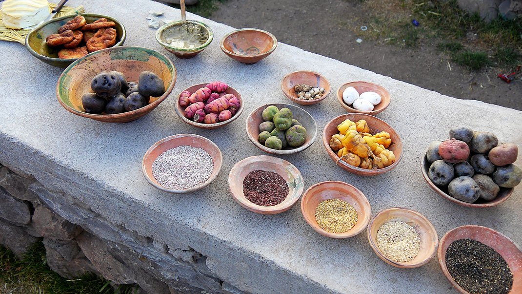Kartoffeln und Getreide in allen Farben - und Ton für die Mineralienzufuhr (oben links), Sillustani, Peru (Foto Jörg Schwarz)