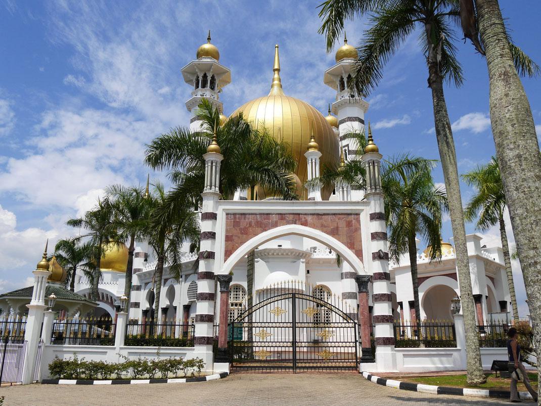 Eines von mehreren Eingangstoren zur Moschee, Kuala Kangsar, Malaysia (Foto Jörg Schwarz)