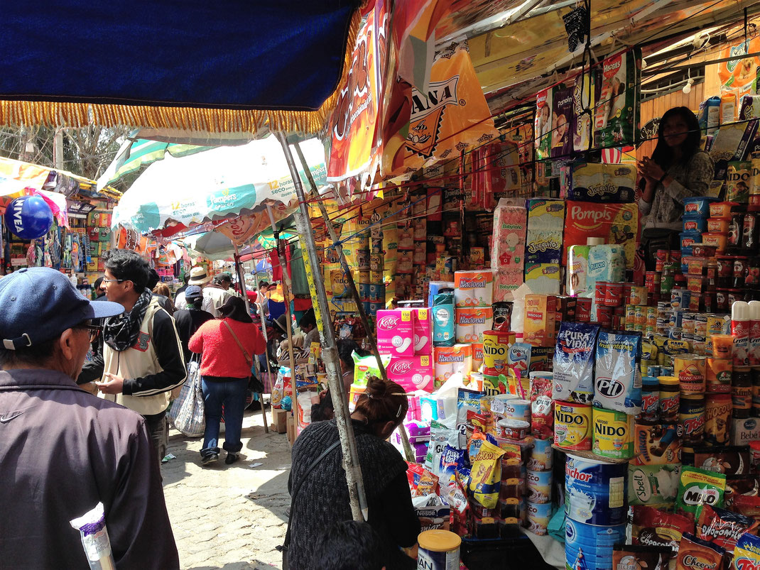 Alle Märkte haben viel Atmosphäre, selbst dieser hier, der wie eine Drogerie anmutet... La Paz, Bolivien (Foto Jörg Schwarz)