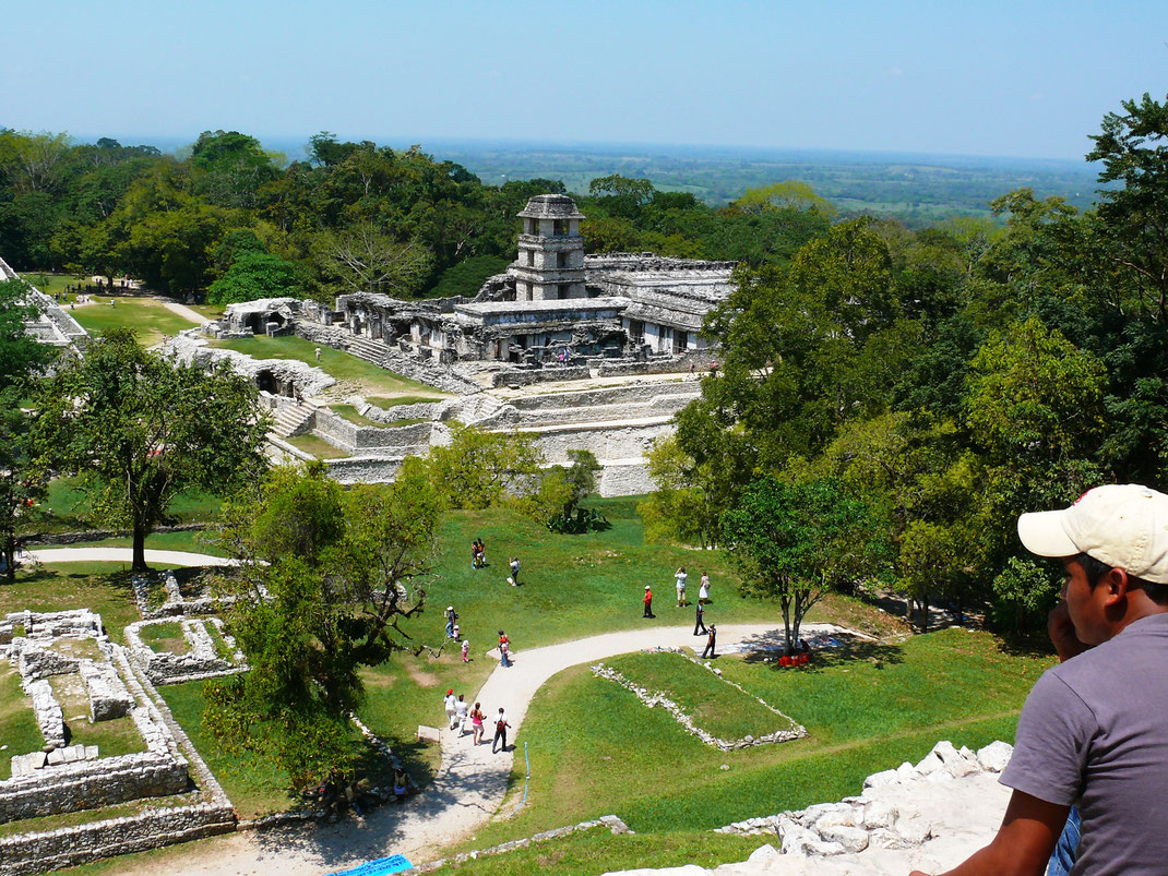 Die teils atemberaubenden Aussichten, hier bis hinunter ins Tal des Rio Usumacinta, lassen Palenque unvergessen sein (Foto Jörg Schwarz)