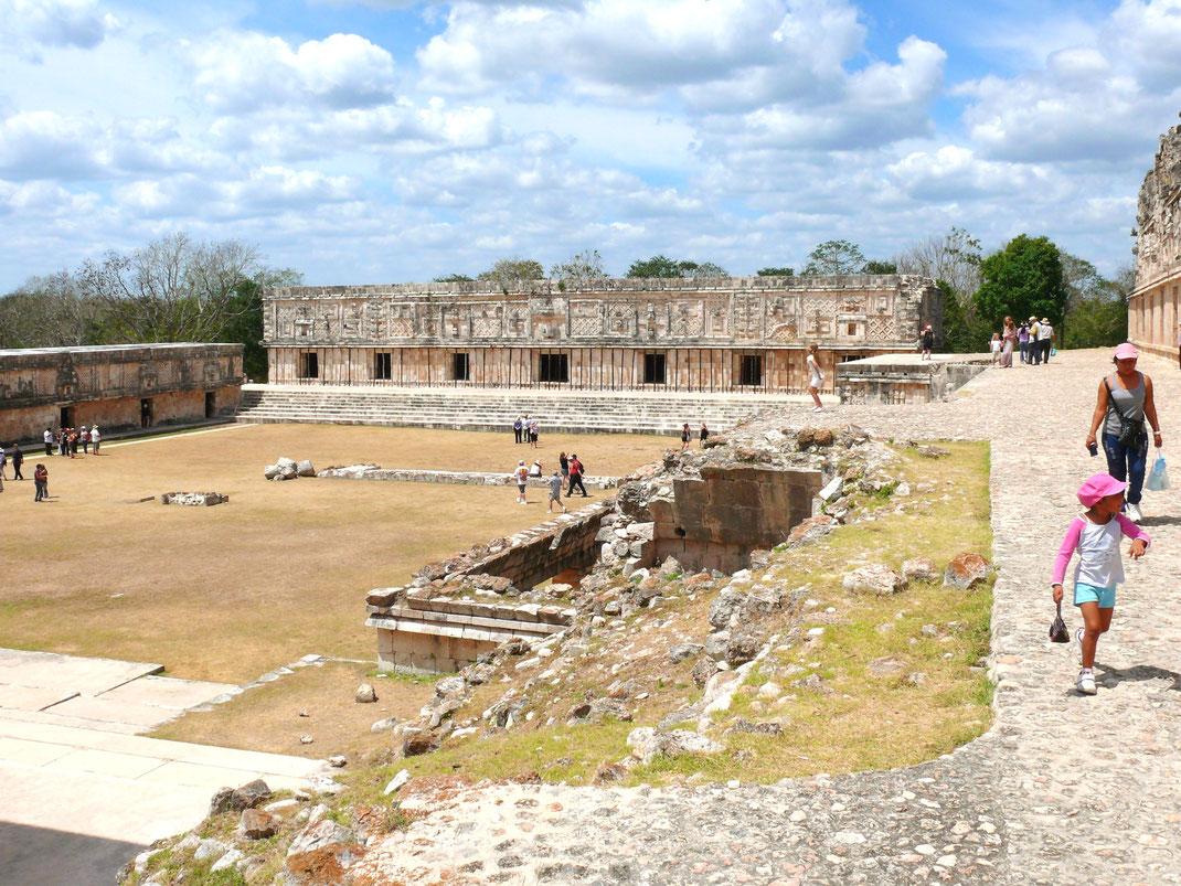 Blick auf die beeindruckende Cuadrángulo de las Monjas, die von Archäologen mal als Palastkomplex, mal als Militärakademie bezeichnet wird (Foto Jörg Schwarz)