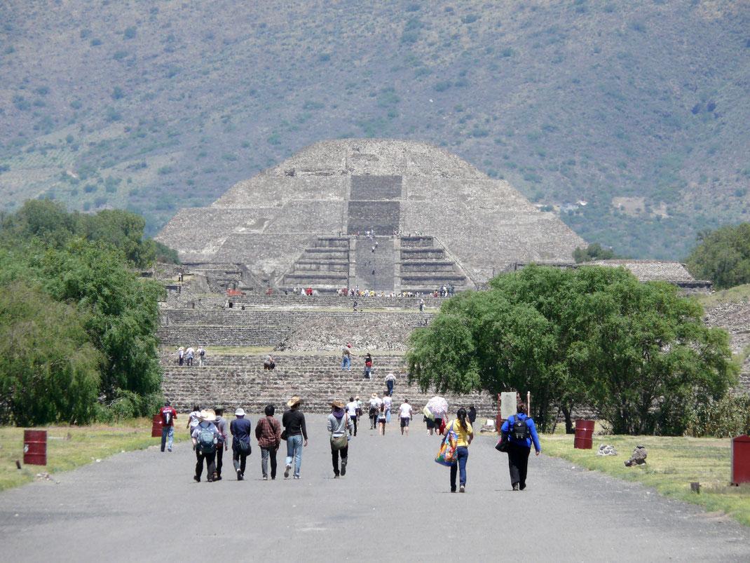 Auf der Calzada de los Muertos - der Straße der Toten - der beeindruckend großen Mondpyramide entgegen... (Foto Jörg Schwarz)