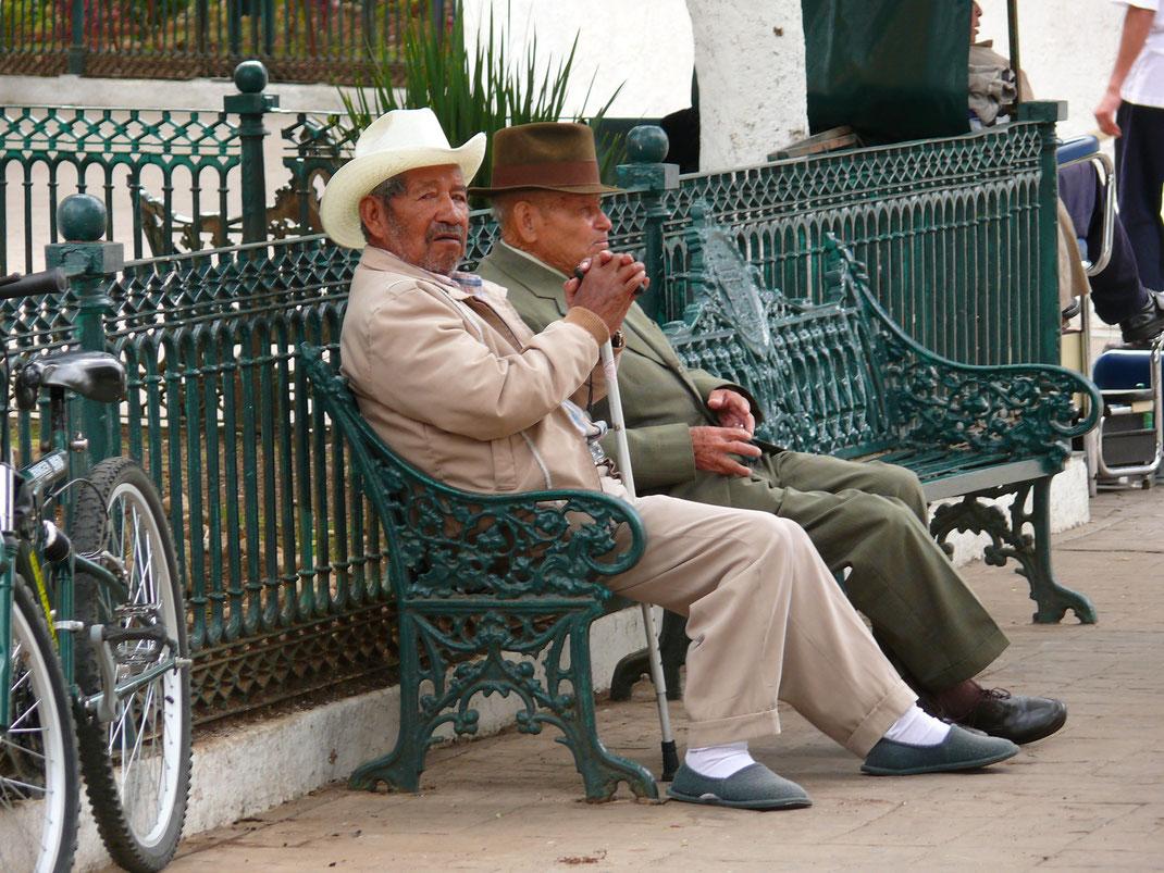 Ältere Stadtbewohner auf dem Zócalo: Dem Treiben und den Touristen beim Fotografieren zusehend (Foto Jörg Schwarz)