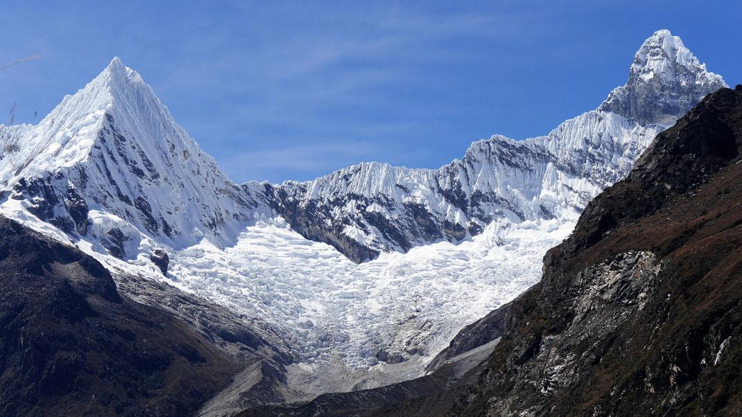 Der Blick auf die Pirámide Garcilaso und den Gipfel des Chacranraju, bei Caraz, Peru (Foto Jörg Schwarz)