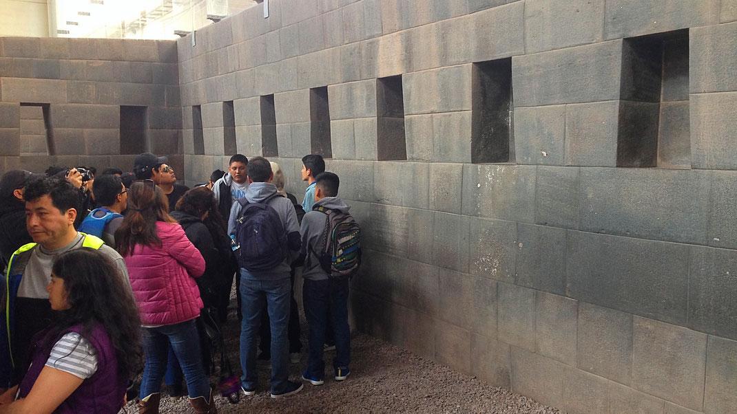Studium der alten Inka-Mauertechniken, Qorikancha, Cusco, Peru (Foto Jörg Schwarz)