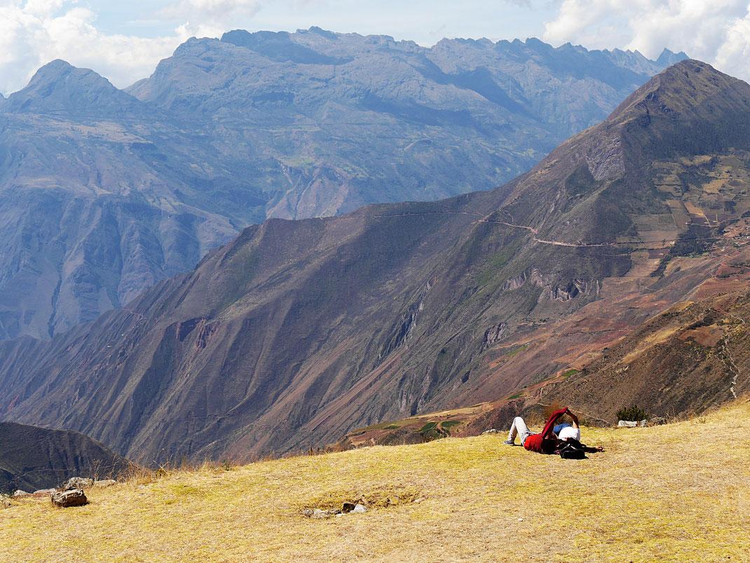 Vom Dach der Pyramide aus: Chillen vor fantastischem Panorama... - Sondor, Andahuaylas, Peru (Foto Jörg Schwarz)