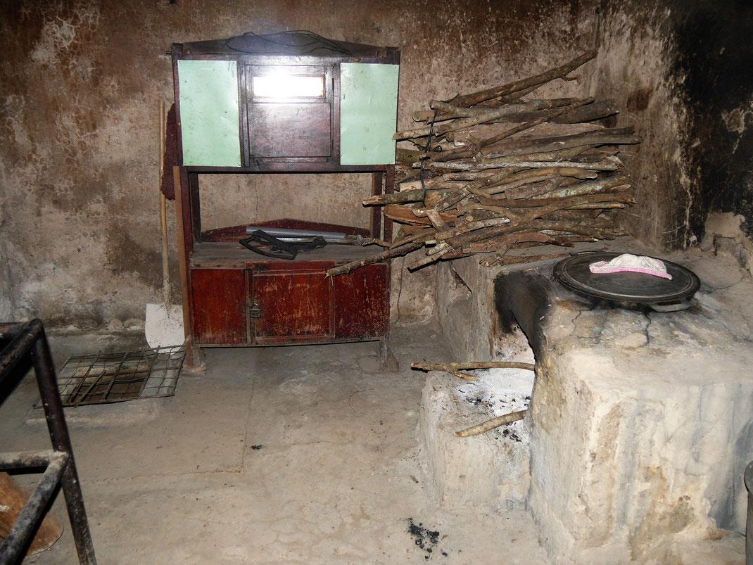 Eine der Untertage gelegenen Küchen mit Zugang zu Grundwasser (siehe im Hintergrund das Loch in der Erde)... Tay Ninh, Vietnam (Foto Jörg Schwarz)