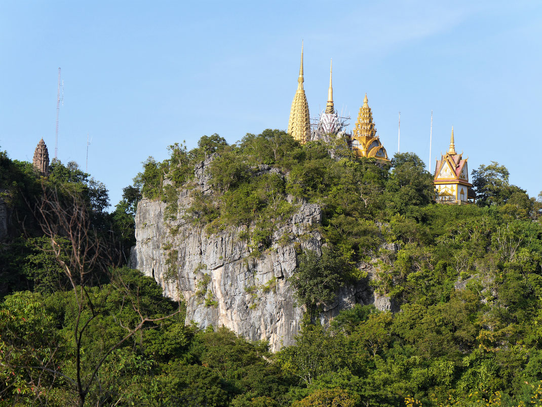Blick auf die Pagoden der Anlage auf dem sog. Bootsberg, bei Battambang, Kambodscha (Foto Jörg Schwarz)
