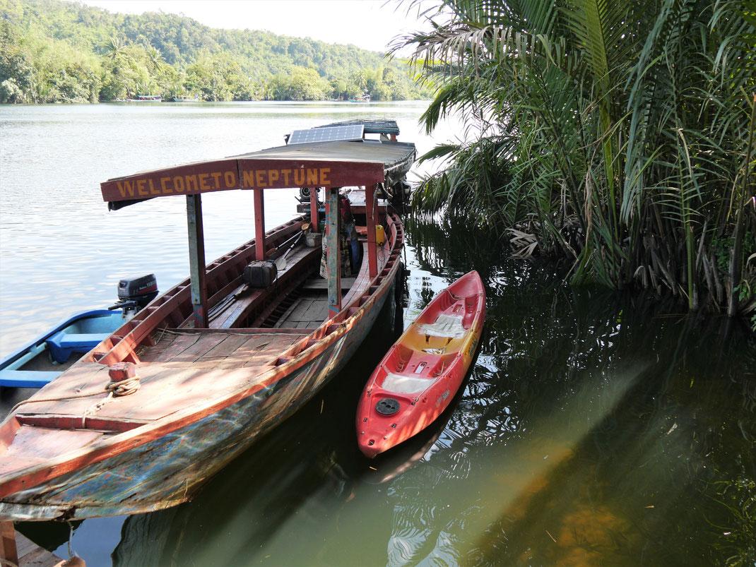 Wir fahren mit dem Boot und dem Kayak und baden in dem klaren Wasser des Preat-Flusses, Tatai-Wasserfall, Kambodscha (Foto Jörg Schwarz)