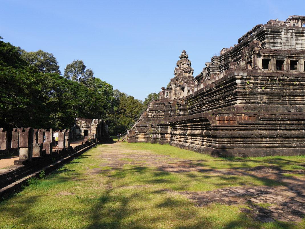 Der Tempel ist von üppigem Wald umgeben - er wurde übrigens komplett abgebaut, seine Einzelsteine sortiert und wieder aufgebaut, Baphuon, Kambodscha (Foto Jörg Schwarz)