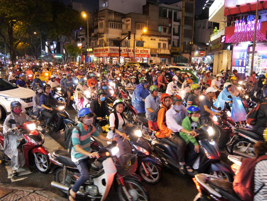 Das Moped-Chaos in der Rushhour... Ho-Chi-Minh-Stadt, Vietnam (Foto Jörg Schwarz)