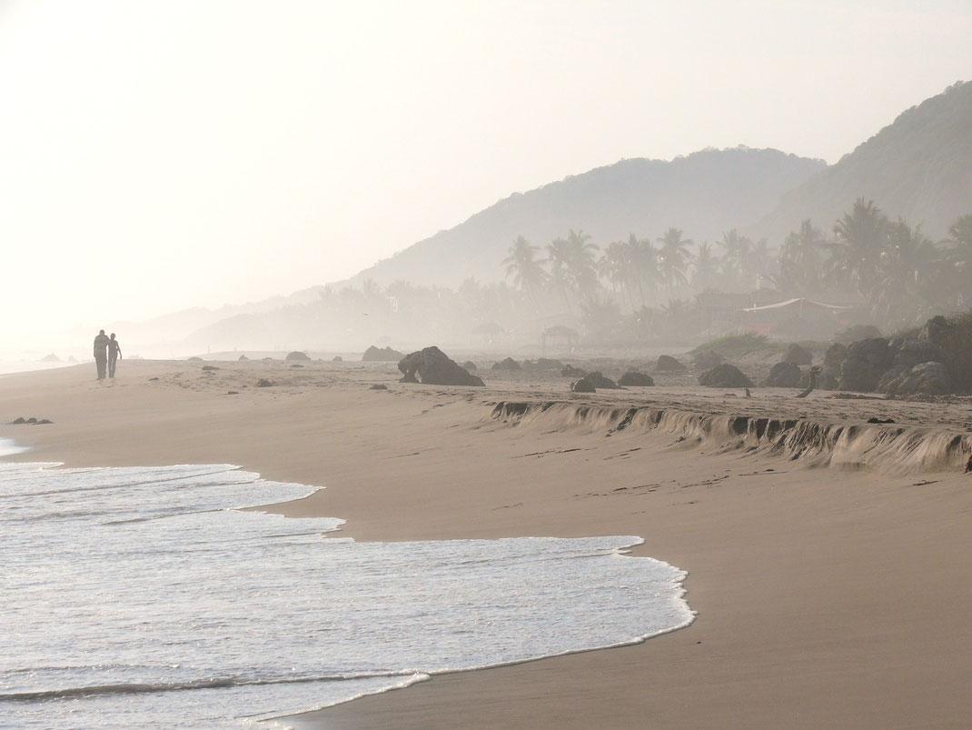 Was wie Nebel aussieht ist das sprühende Wasser der Wellen, die der Wind über den Strand treibt... (Foto Jörg Schwarz)