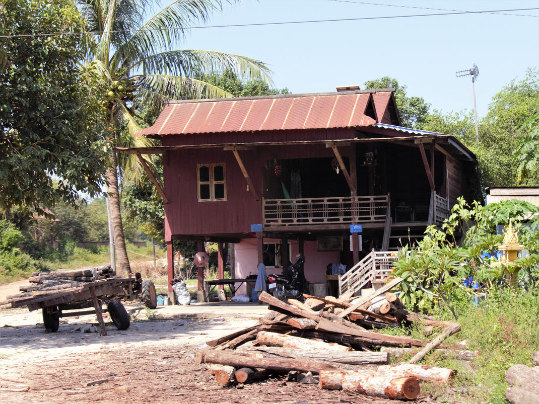 Ein typisches Landhaus - oben wird gewohnt, unten gearbeitet... Bei Siem Reap, Kambodscha (Foto Jörg Schwarz)