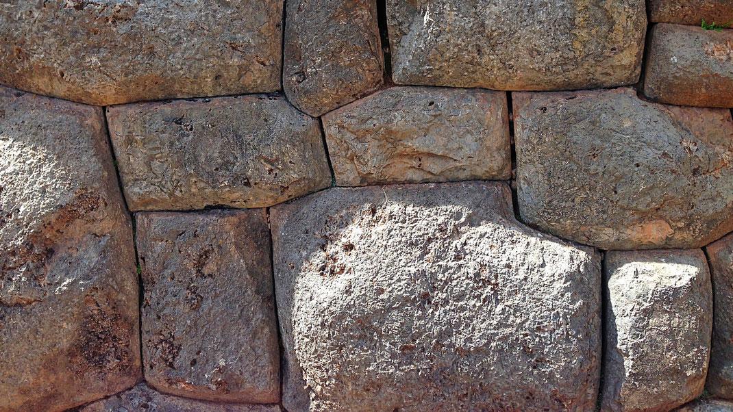 Inkamauerwerk vom Feinsten: Millimetergenauer, individueller Zuschnitt, Chichchero, Peru (Foto Jörg Schwarz)