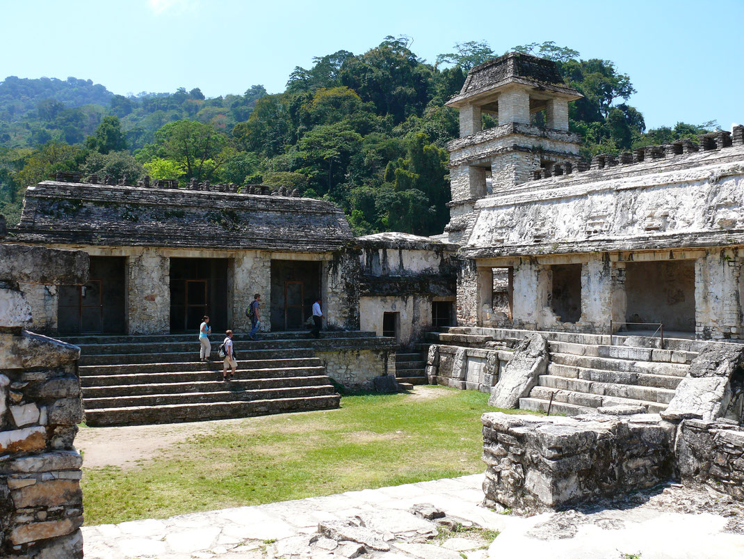 Im Innern von El Palacio, dem vermeintlichen Palast der Herrscher Palenques - der Turm diente entweder als Wachturm oder Observatorium (Foto Jörg Schwarz)