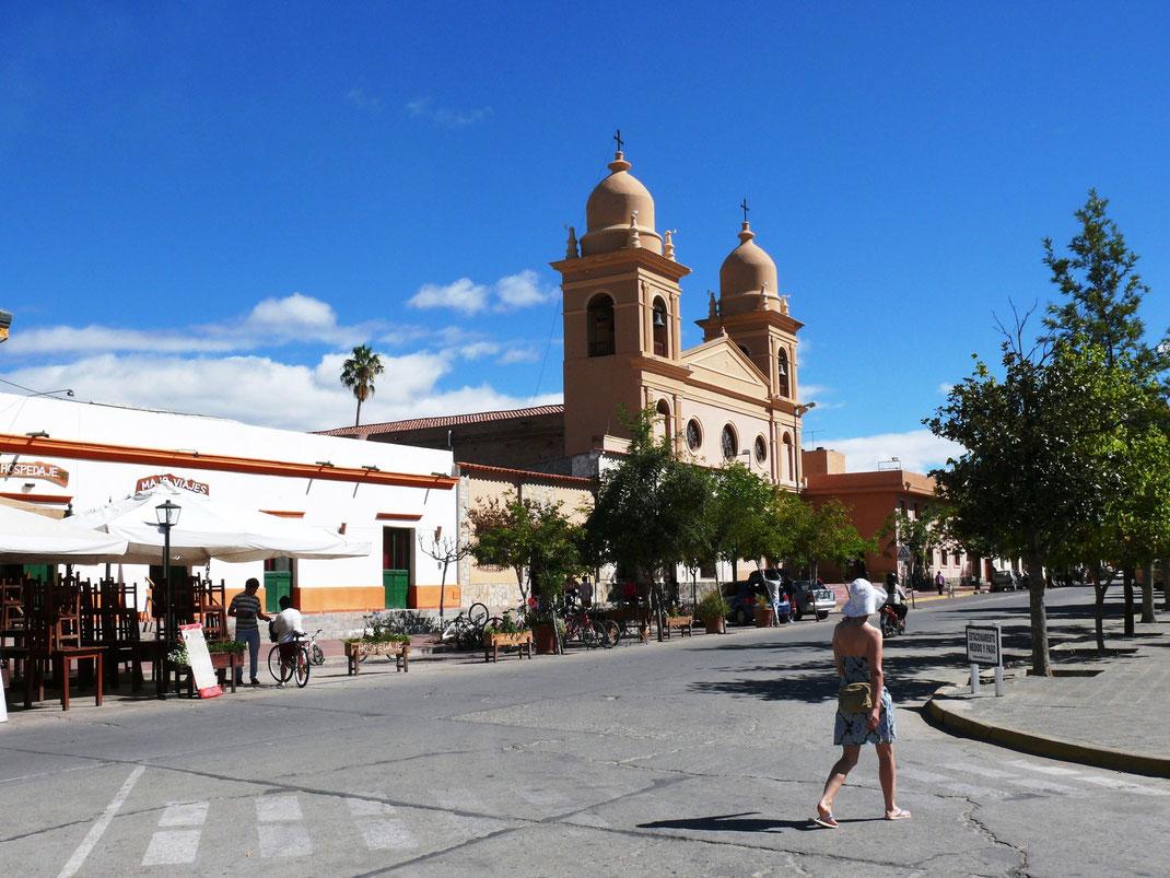 Die pittoreske Kleinstadt Cafayate: Plaza San Martín und die Iglesia Nuestra Senora del Rosario (Foto Jörg Schwarz)