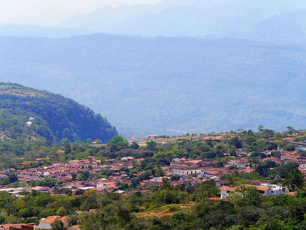 Die Stadt von oben - dahinter das Flußtal, in das man von der anderen Stadtseite blickt, Barichara, Kolumbien (Foto Jörg Schwarz)
